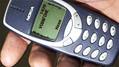 Nokia 3310 ieri e oggi, confronto semiserio fra nonno e nipote