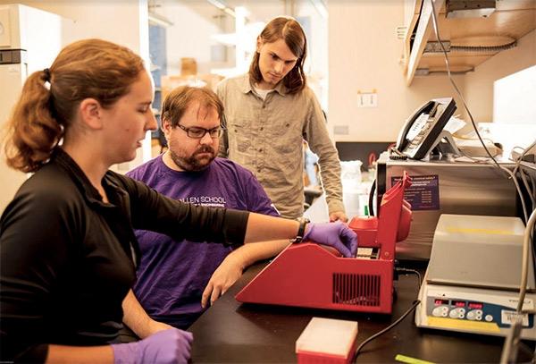 I ricercatori della Paul G. Allen School of Computer Science & Engineering, della University of Washington all'opera