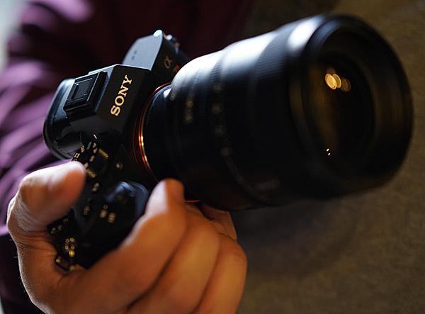 Sony A7 R III - Impugnatura rinnovata e nuova batteria