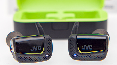 JVC AE 'truly wireless': auricolari Bluetooth per lo sport che possono essere aperti o chiusi