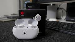 Beats Studio Buds: gli auricolari che fanno lo sgambetto agli AirPods. La recensione