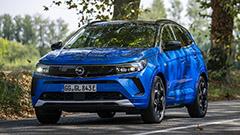 Nuova Opel Grandland, primo contatto e test drive: l'ibrido plug-in di Stellantis non delude