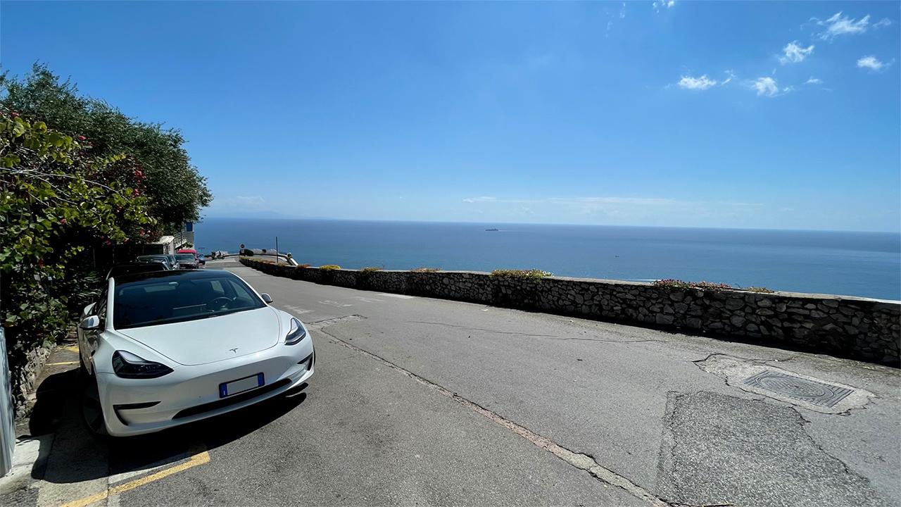 Un viaggio in Tesla dal nord alla Sicilia, senza Supercharger e spendendo 50 euro