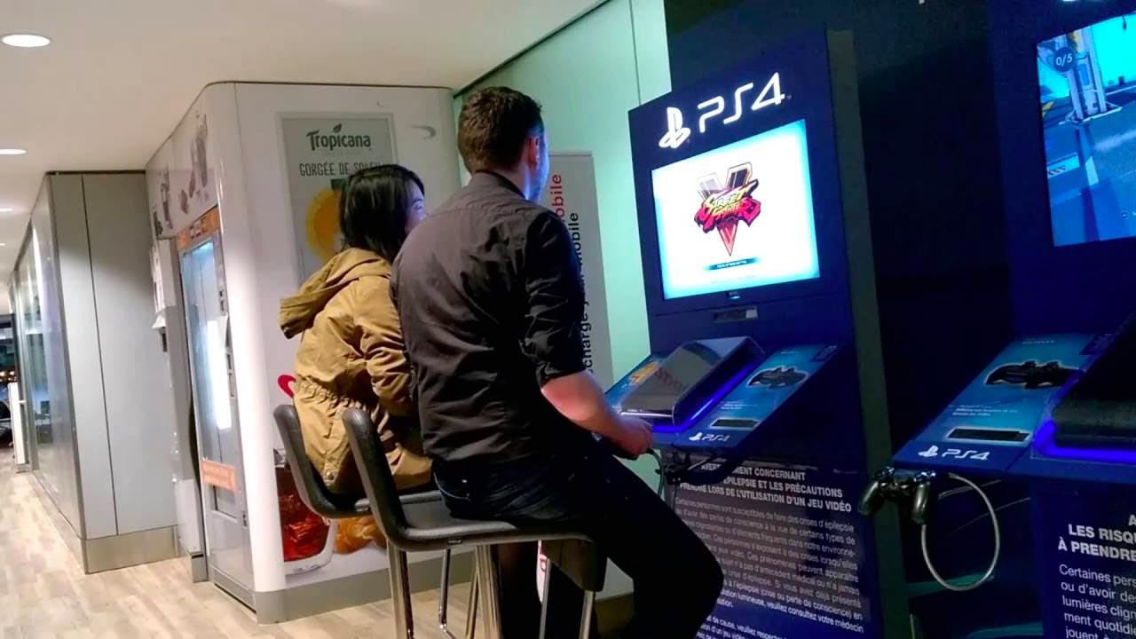 PS4: uomo connette la propria console al monitor dell'aeroporto e gioca online. Guardate