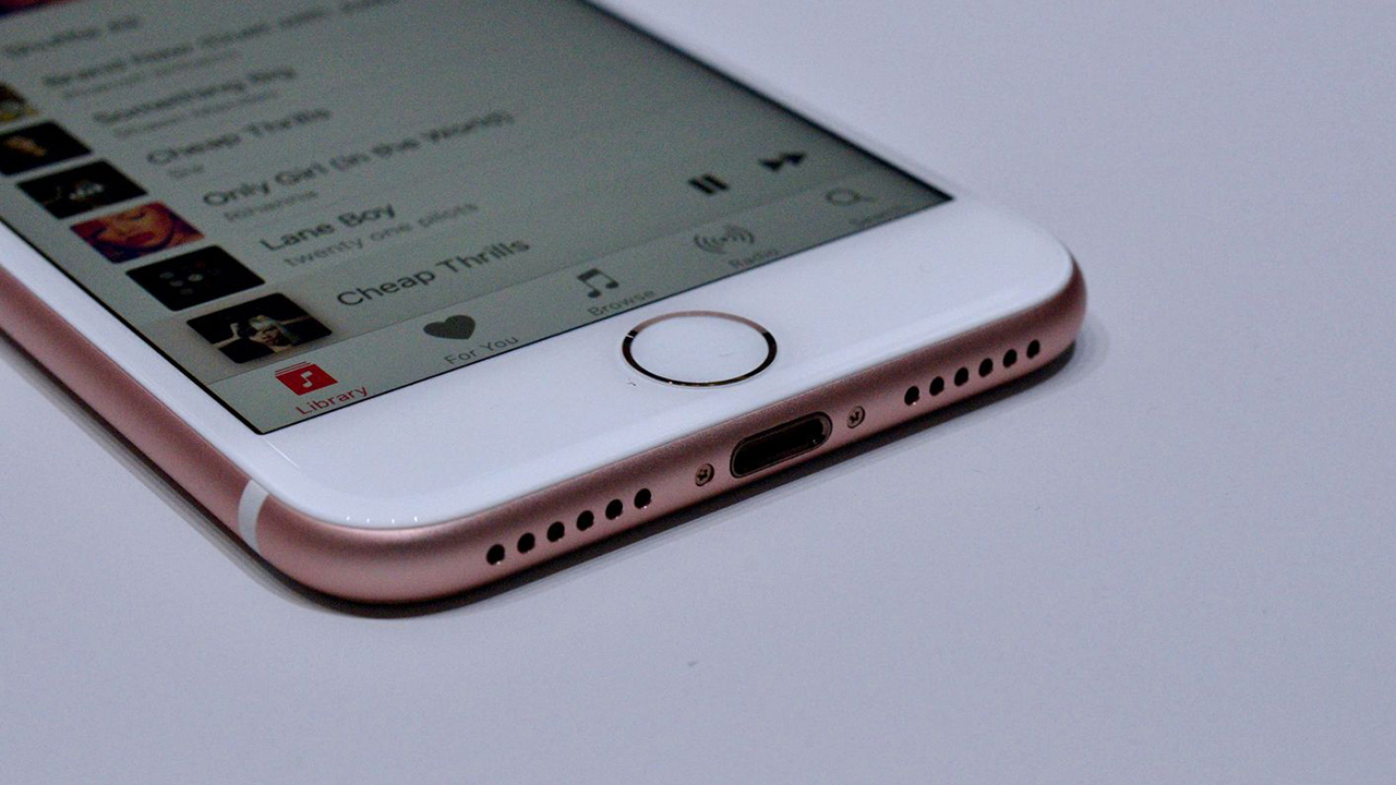 Problemi alle EarPod Lightning del nuovo iPhone 7. Apple al lavoro per risolvere il bug al controller