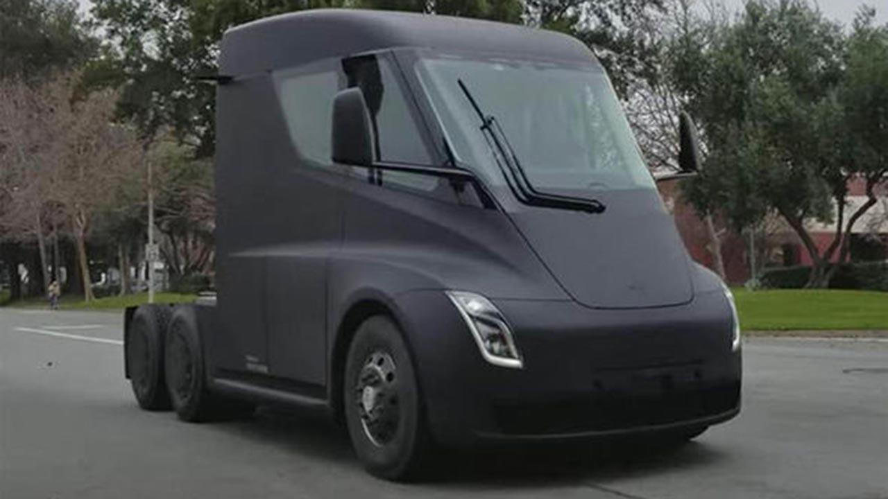 Tesla Semi Truck Elon Musk >> Tesla Semi Truck: avvistato in strada il camion elettrico ...