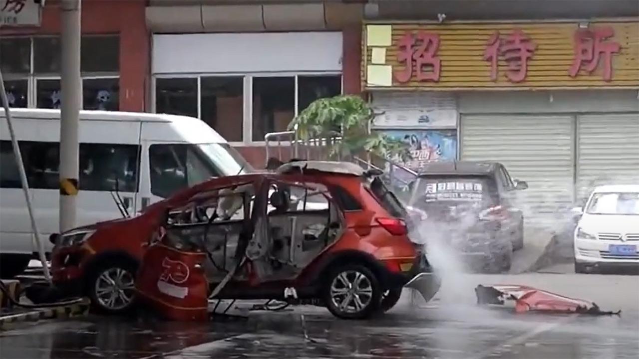 Auto elettrica esplode mentre è in carica: il video è impressionante