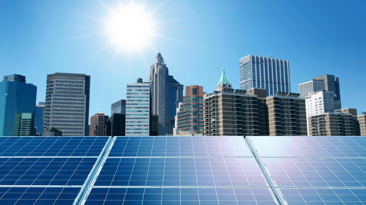 Tesla, via i pannelli: ad ottobre il tetto interamente solare con batteria integrata