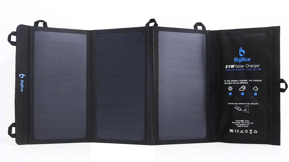 Caricatore solare da 21W resistente ai liquidi a 39,99 euro su Amazon