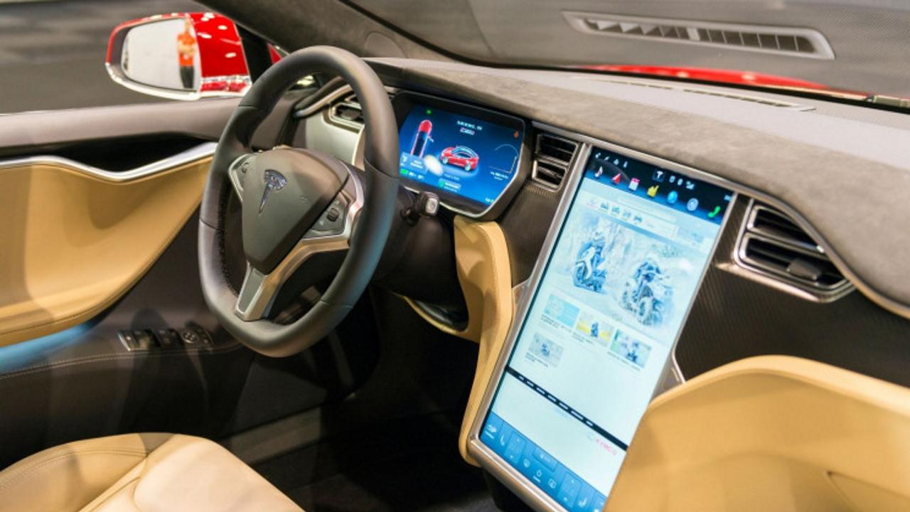 Tesla: falla di sicurezza. Un drone apre …
