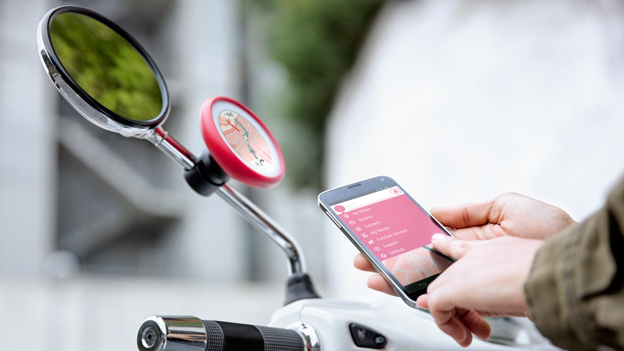 TomTom VIO, il navigatore GPS per scooter connesso allo smartphone