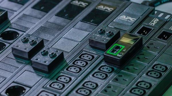 Schneider-Electric-Easy-Rack-PDU-2-jpg